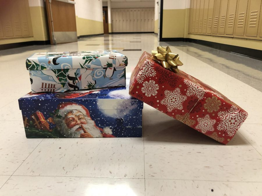 Junior+and+Senior+NHS+members+work+to+collect+holiday+boxes+for+Samaritan%27s+Purse.+Students+had+the+opportunity+to+put+together+a+box+consisting+of+clothes%2C++necessities+and+toys+for+families+in+need.+%28Photo+by+Allison+Cavato%29