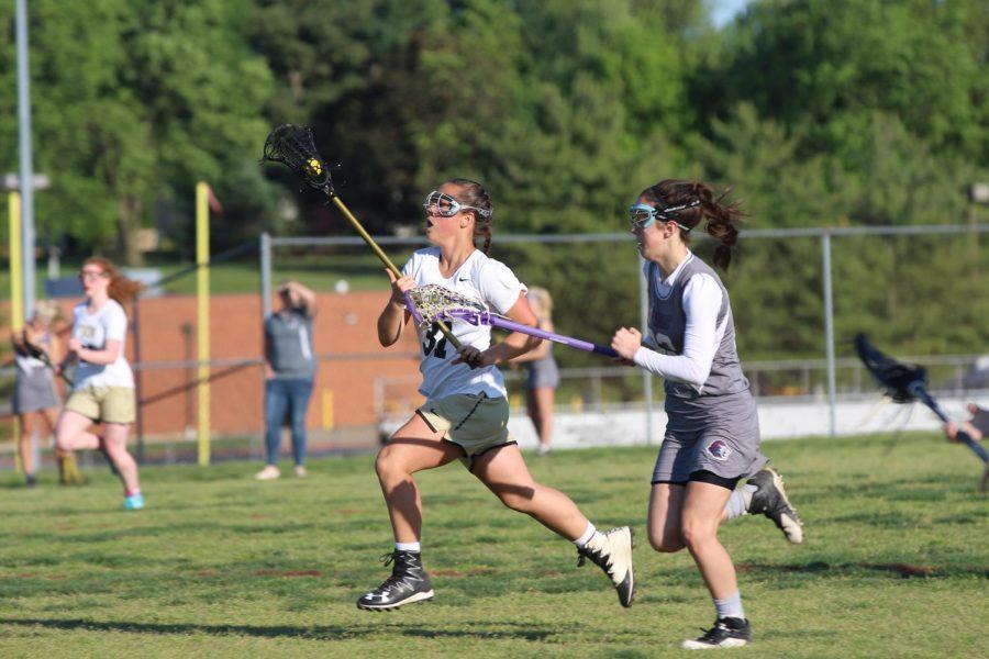 Sophomore+Heavan-Lee+Nichols+runs+down+the+field+with+the+ball